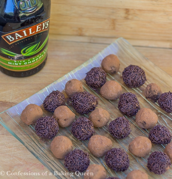 Baileys Mint Truffles www.confessionsofabakingqueen.com #truffles #chocolate #baileys