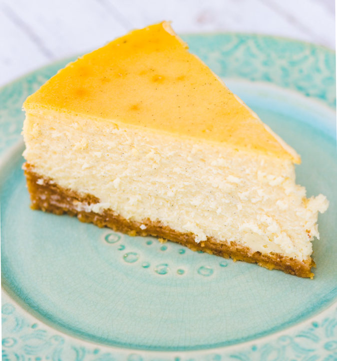 vanilla bean cheesecake recipe slice on a turquoise plate