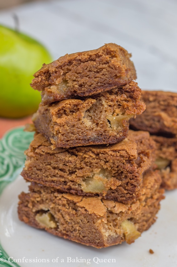 Brown Sugar Apple Blondies are the perfect fall blondie, sweet but not too sweet, caramel undertones and chunks of juicy apples. www.confessionsofabakingqueen.com