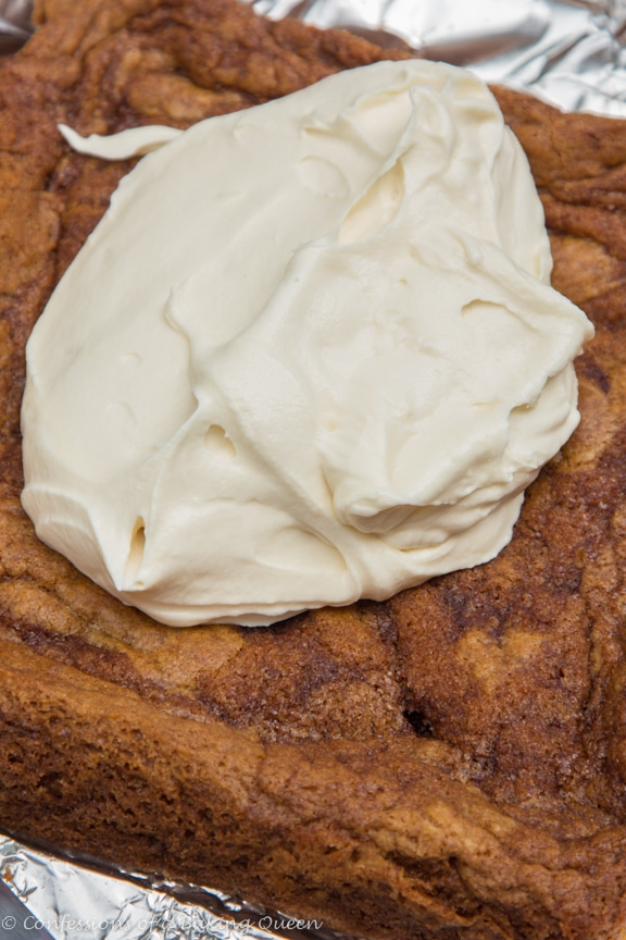 Cinnamon Roll Blondies www.confessionsofabakingqueen.com
